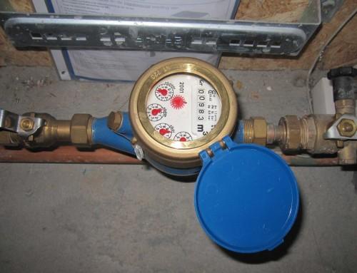 Lekkage warm waterleiding in beton wand.